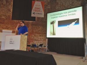 Jonathan Chacón presentando su charla sobre tecnología y accesibilidad en el evento Zincshower