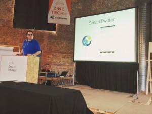 Jonathan Chacón hablando sobre el uso inteligente de los sensores de un dispositivo para mejorar la accesibilidad en una interfaz